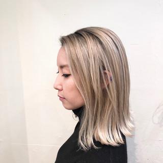 バレイヤージュ ナチュラル ホワイトブリーチ ベージュ ヘアスタイルや髪型の写真・画像