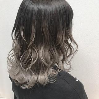 透明感 シルバー バレイヤージュ ストリート ヘアスタイルや髪型の写真・画像