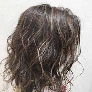 セミロング 外国人風 グレージュ ハイライト ヘアスタイルや髪型の写真・画像