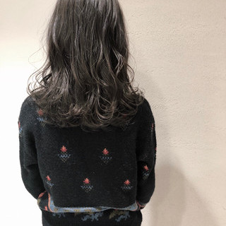 ミディアム オフィス アッシュグレージュ デート ヘアスタイルや髪型の写真・画像