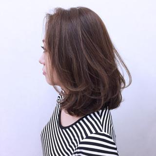 ミディアム コンサバ パーマ ハイライト ヘアスタイルや髪型の写真・画像