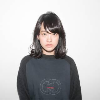 ミディアム 流し前髪 モード 暗髪 ヘアスタイルや髪型の写真・画像