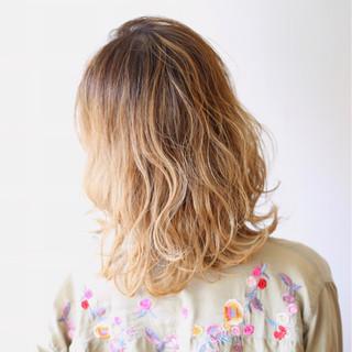 ハイライト ミルクティーベージュ ミディアム ブリーチ ヘアスタイルや髪型の写真・画像