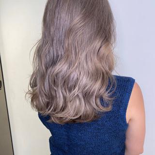 フェミニン ベージュ ブリーチカラー ハイトーンカラー ヘアスタイルや髪型の写真・画像