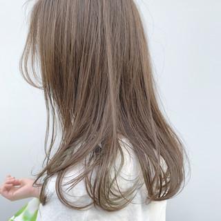 ミディアム ベージュ ミルクティーベージュ エレガント ヘアスタイルや髪型の写真・画像