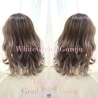 ホワイトベージュ コントラストハイライト セミロング グレージュ ヘアスタイルや髪型の写真・画像