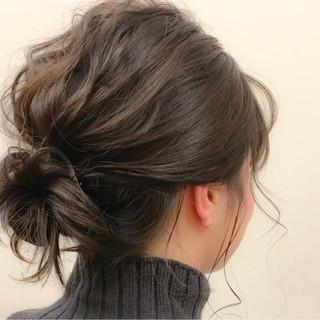 フェミニン ミディアム ヘアアレンジ メッシーバン ヘアスタイルや髪型の写真・画像