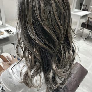 外国人風カラー セミロング ホワイトベージュ ミルクティーグレージュ ヘアスタイルや髪型の写真・画像