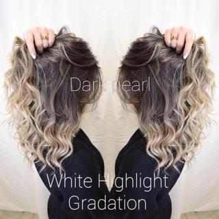 コントラストハイライト ホワイトベージュ ブロンドカラー エレガント ヘアスタイルや髪型の写真・画像