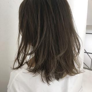 アッシュ ハイライト ミディアム ミルクティー ヘアスタイルや髪型の写真・画像