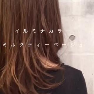 ミルクティーベージュ イルミナカラー ミディアム オフィス ヘアスタイルや髪型の写真・画像