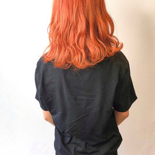 オレンジベージュ オレンジカラー 波巻き オレンジ ヘアスタイルや髪型の写真・画像