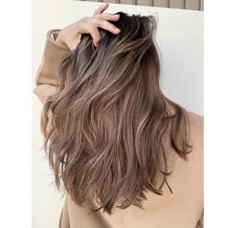 ロング バレイヤージュ グレージュ エレガント ヘアスタイルや髪型の写真・画像