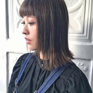 ミディアム アッシュグレージュ ロブ ストレート ヘアスタイルや髪型の写真・画像