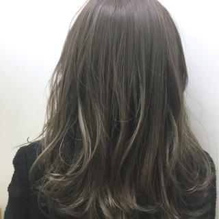フェミニン グレージュ アッシュ ハイライト ヘアスタイルや髪型の写真・画像