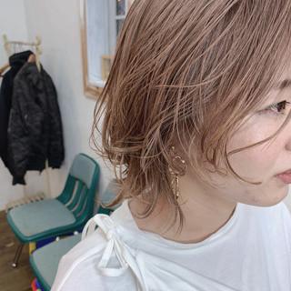 マッシュウルフ ミルクティーベージュ ショートヘア ナチュラル ヘアスタイルや髪型の写真・画像