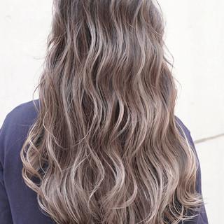 外国人風カラー グレージュ ローライト バレイヤージュ ヘアスタイルや髪型の写真・画像