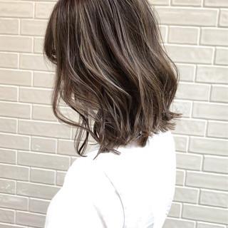 バレイヤージュ グレージュ ダブルカラー エレガント ヘアスタイルや髪型の写真・画像
