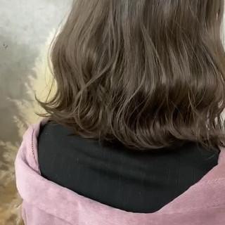 アッシュベージュ 波ウェーブ ナチュラル ミディアム ヘアスタイルや髪型の写真・画像