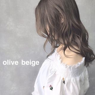 ピンクベージュ セミロング ミルクティーベージュ アッシュグレージュ ヘアスタイルや髪型の写真・画像
