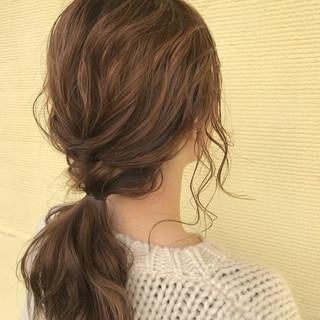 ウェーブ 後れ毛 ヘアアレンジ ナチュラル ヘアスタイルや髪型の写真・画像