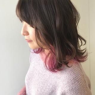 ミディアム フェミニン インナーカラー ラベンダーピンク ヘアスタイルや髪型の写真・画像