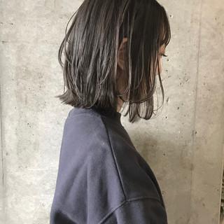 ブリーチカラー アッシュグレージュ ブリーチオンカラー 外ハネボブ ヘアスタイルや髪型の写真・画像