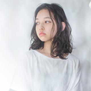 黒髪 パーマ ミディアム 暗髪 ヘアスタイルや髪型の写真・画像