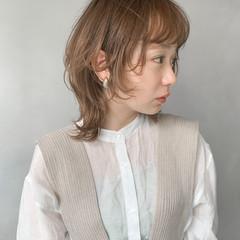 ミルクティーベージュ イヤリングカラー ウルフカット ボブ ヘアスタイルや髪型の写真・画像