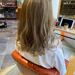 フェミニン ハイライト ハイトーンカラー ミルクティーベージュ ヘアスタイルや髪型の写真・画像