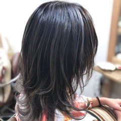 ミディアム ウルフカット シルバーグレージュ ウルフ ヘアスタイルや髪型の写真・画像