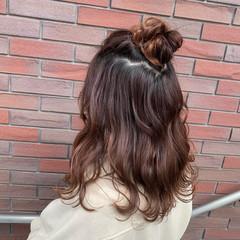ふわふわヘアアレンジ お団子アレンジ ハーフアップ ミディアム ヘアスタイルや髪型の写真・画像
