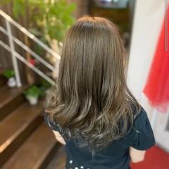 ベージュ オリーブベージュ ブリーチカラー ナチュラル ヘアスタイルや髪型の写真・画像