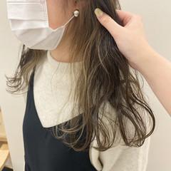 インナーカラー オリーブベージュ ナチュラル イヤリングカラー ヘアスタイルや髪型の写真・画像