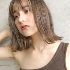 大人ミディアム モテ髪 ヌーディーベージュ ナチュラル ヘアスタイルや髪型の写真・画像