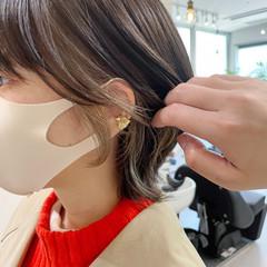 インナーカラー ショート イヤリングカラーベージュ モード ヘアスタイルや髪型の写真・画像