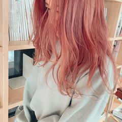 ハイトーン セミロング ピンクベージュ ミルクティーベージュ ヘアスタイルや髪型の写真・画像
