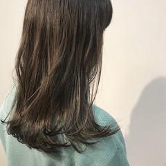 カーキ オリーブカラー オリーブアッシュ セミロング ヘアスタイルや髪型の写真・画像