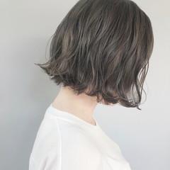 ナチュラル 切りっぱなしボブ アッシュグレージュ アンニュイほつれヘア ヘアスタイルや髪型の写真・画像