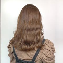 ミディアム ハイトーン ミルクティーベージュ 透明感カラー ヘアスタイルや髪型の写真・画像
