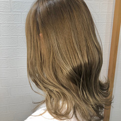ミルクティーベージュ フェミニン ミディアム ダブルカラー ヘアスタイルや髪型の写真・画像