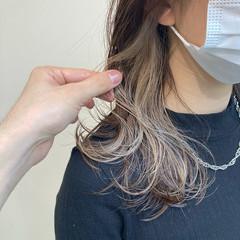 フェミニン イヤリングカラー アンニュイほつれヘア ミディアム ヘアスタイルや髪型の写真・画像