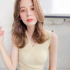 外国人風 セミロング 巻き髪 フェミニン ヘアスタイルや髪型の写真・画像