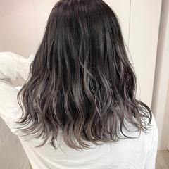 バレイヤージュ エアータッチ ミディアム シルバーアッシュ ヘアスタイルや髪型の写真・画像