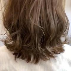 外ハネボブ ナチュラル ミディアム アッシュベージュ ヘアスタイルや髪型の写真・画像