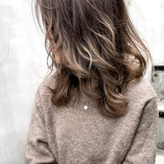 ミルクティーグレージュ グレージュ ストリート ミディアム ヘアスタイルや髪型の写真・画像