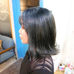 ブルーブラック 透明感カラー 外ハネ 切りっぱなしボブ ヘアスタイルや髪型の写真・画像