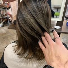 ベージュ ミディアム ブリーチオンカラー ミルクティーベージュ ヘアスタイルや髪型の写真・画像