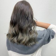 ロング グレージュ ミルクティー グラデーションカラー ヘアスタイルや髪型の写真・画像