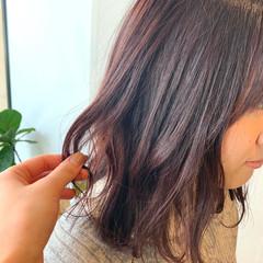 ピンクアッシュ ピンクベージュ 切りっぱなしボブ 波ウェーブ ヘアスタイルや髪型の写真・画像